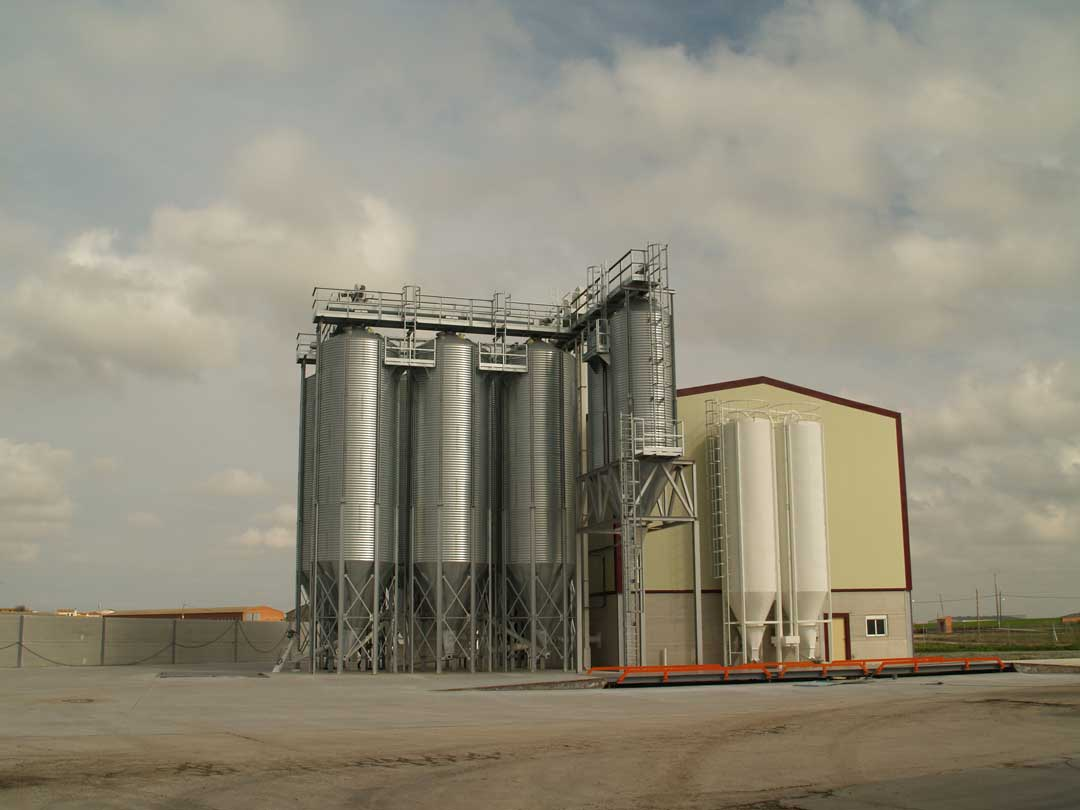 https://mgnfeedmills.com/images/pages/products/storage/silos/SILOS-GRANJA-AVICOLA-GALLEGO-P2163121-2.jpg